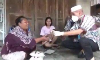Viral !!!! Video Seorang Pria Membagikan Beras dan Uang Pecahan 100 Ribu Kepada Warga